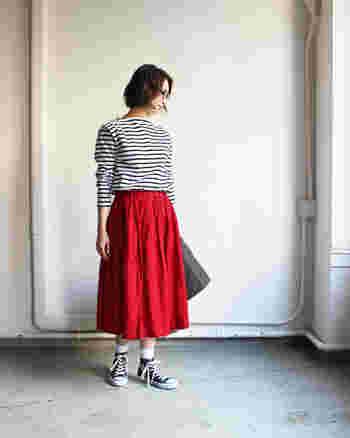モノトーンボーダーに鮮やかな赤のスカートを合わせた大人可愛い着こなし。袖を少しまくって抜け感を出すのも春らしくオススメです。白のソックス×コンバースの組み合わせが爽やかさをプラスしています。