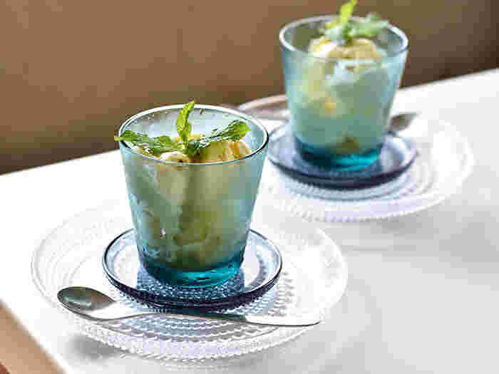 食欲が落ちやすい夏の食卓を爽やかにしてくれるガラス食器は、グラスやプレート、サラダボウルなど種類も豊富。耐熱ガラスなら、いつもの料理を入れても夏らしい雰囲気に♪