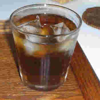 麦茶は身近なノンカフェインドリンクです。ミネラルが豊富に入っているので、汗をかいてミネラルが不足した身体にはぴったり♪熱中症予防にも最適なノンカフェインドリンクなんです。 淹れ方は至って簡単。浅い容器に麦茶のパックを入れて、浸るくらいのお湯をかけ、1分ほど蒸らしたら容器に移し替えて、水を足したあとに冷蔵庫で1〜2時間冷やしておけば完成です。