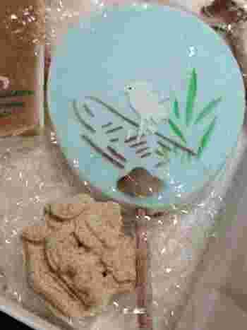 うちわの柄は楊枝になっています。繊細な絵柄はまさに加賀友禅模様の伝統工芸のようですね。口の中で溶けていくような食感で、優しい甘さなのだそう♪