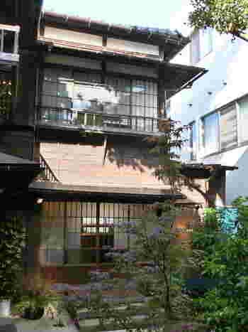引き戸を開けて入るパン屋さん。とっても日本らしい趣のあるお店です。