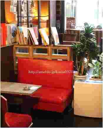 古き良き昭和の雰囲気が漂う純喫茶「マドラグ」。 女優ブリジット・バルドーの疲れをいやしていた別荘「マドラグ」ように寄ってもらえたらと、喫茶店に名付けたそうです。書籍なども多く落ち着いた店内は、疲れをいやして活力を与えてくれそうですね。