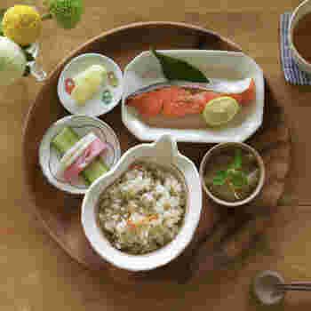 飯椀と汁椀の大きさがアンバランスで面白いですね。ごはんをいっぱい食べたい子どもが大喜びしそうな配膳です。