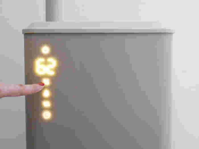 電源を入れると本体にアイコンが浮かび上がり、タッチパネル式で操作できます。加湿をしながら香りが楽しめるアロマパッド付き。アロマオイルのビンやお掃除用ブラシが収納可能な小さな引き出し付きで機能的です。