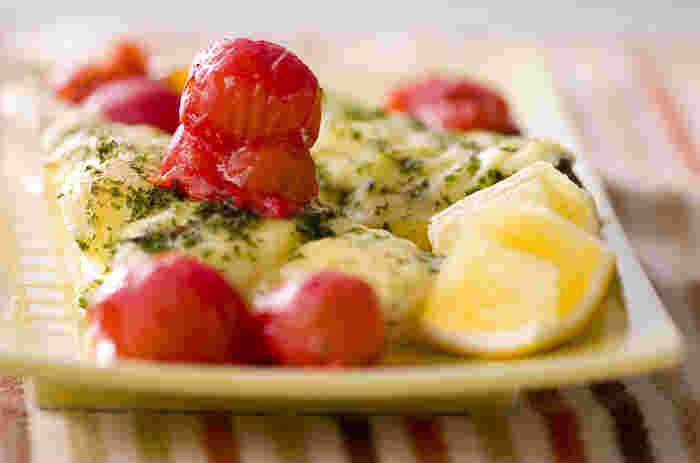 白身魚にチーズをかけて、トマトと一緒にオーブンで焼いた「白身魚のチーズ焼き」。チーズのコクと旨みが効いた美味な一品です。メイン料理にはもちろんのこと、ワインのおつまみにも◎。