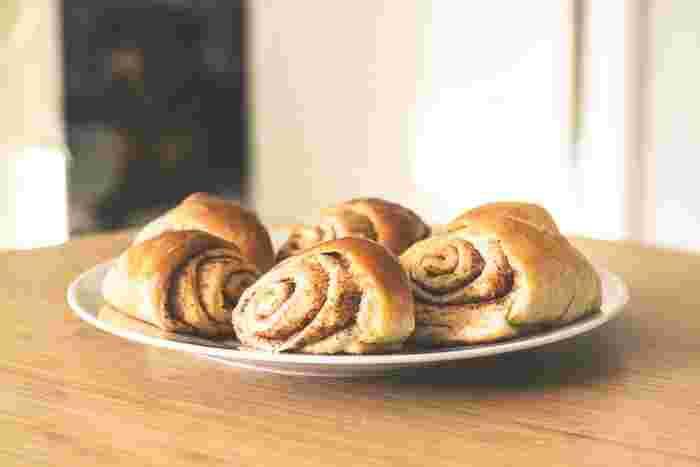 パン屋さんに並ぶレベルのお気に入りのパンを自宅で手作りできたら素敵ですよね。買って食べるのとはまた違った楽しみに出会えるでしょう。本格パン作りは難易度の高いものもありますが、意外と簡単にできるレシピもいろいろあります。また、慣れればいくつかの工程もスムーズにできるようになりますよ。ぜひこの機会にプロ顔負けのパン作りデビューを果たしてみませんか♪