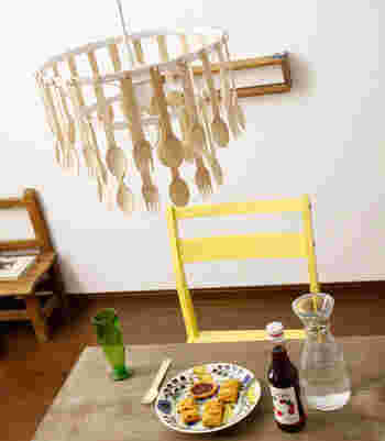 木製のカトラリーがずらっと並んだデザインの、シャンデリア風ライトです。ダイニングにぴったりのデザインですね。お子様のいるご家庭にもおすすめです。