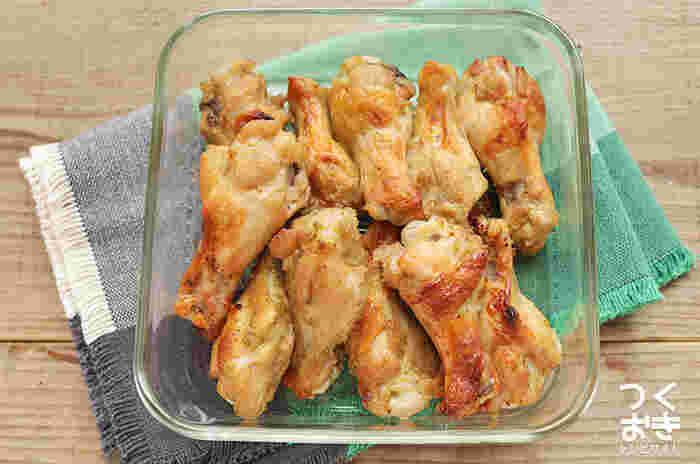柚子胡椒をたっぷり使えて、冷蔵で5日保存できる作り置きレシピ。よく使う調味料と柚子胡椒に手羽元を漬け込み、オーブンで焼くだけと豪快でお手軽です。お肉を調味液に漬け込む前に塩と砂糖を揉み込むのが、ジューシーで柔らかく焼き上げる秘訣!