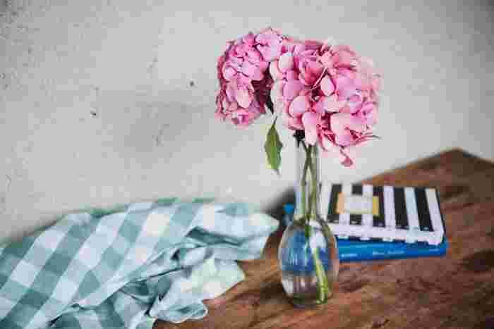 きれいなお花を見てると心が落ち着いて癒されますよね。また、見るだけでなく大切にお世話をすると、今までの暮らしがもっと丁寧になりそうです。  お花屋さんに足を運んで、お部屋に飾ってみてはいかがでしょうか。雰囲気がぐんと明るくなって笑顔がほころぶ家になりそうですね♪