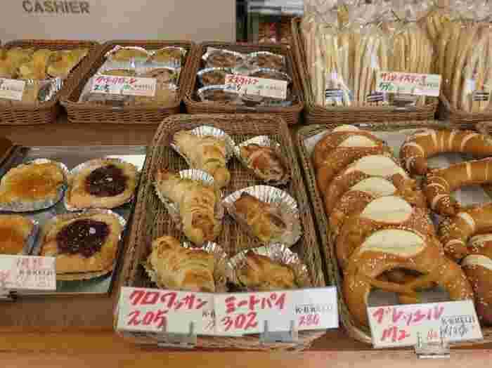 店内には、ドイツの伝統的なパンがぎっしりと並んでいます。ブレッツェル、キンメル、ポンパニッケルなど…種類豊富なドイツパンをお楽しみいただけます。また、ケーキやドイツのかわいい伝統菓子まで売っているので、ちょっとした差し入れやお土産にもおすすめです♪
