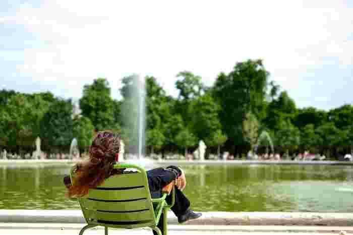 カフェに行かずとも、上手にくつろげるのがフランス人流。公園やちょっとした場所で、読書したり、話をしたり、サンドイッチをかじったり。お金をかけずとも上手にリラックス時間をつくります。