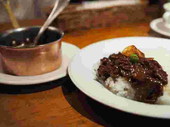 メディアでも紹介されることの多い「昔風ハヤシライス」は、いろいろな部位の牛肉がゴロっと入っているのが特徴です。さらっとした上品な味わいは、売り切れてしまうこともあるほどの人気メニューなんです。