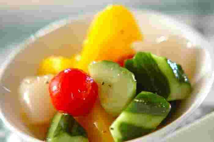 らっきょうの漬け汁に、少しオリーブオイルをプラスして、キュウリやパプリカ 、プチトマトを漬け込むだけで簡単に作ることができる「らっきょうピクルス」。カレーやパスタの箸休めにも◎。