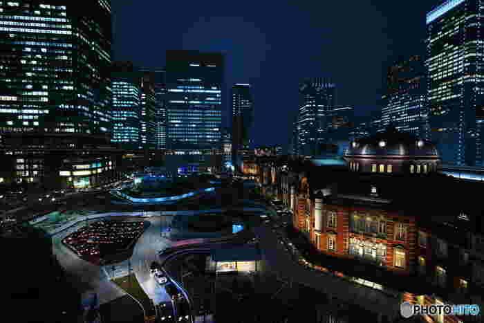 レンガが美しい東京駅も浮かび上がる幻想的な風景。