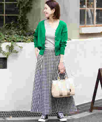 明るめグリーンのカーデ。ギンガムチェックのスカートでカジュアル&元気な印象に。
