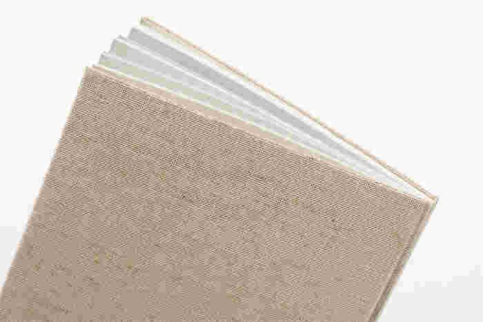触れていたくなる紙質、心地よい重さ、ページをめくる感覚、手に取りたくなる感触を追求し、手にしっくりとなじむ一冊に仕上げています。