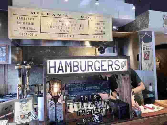 """店内のカウンターでオーダーするスタイル。""""まだおいしいハンバーガーを食べたことがない人に食べて幸せになってもらいたい""""という想いが込められたハンバーガーは、週末は行列ができるほど人気です。"""
