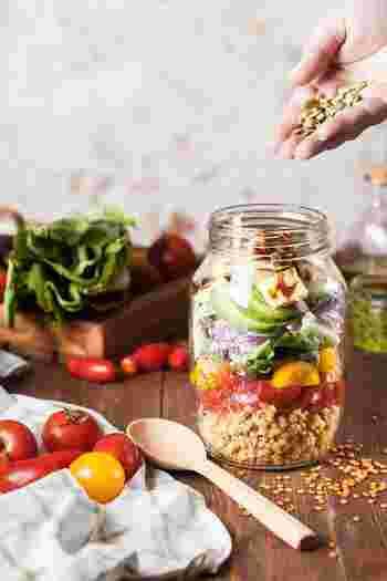 そんなときのお助けレシピ!今回はあるもので簡単に作れて、見た目も華やかなおもてなしサラダを集めてみました。