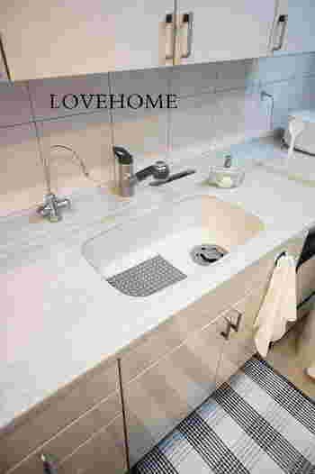 キッチンのシンクまわりを使った後は、乾いたタオルなどで拭き上げておきましよう。水分が残っているとぬめり汚れの原因になります。