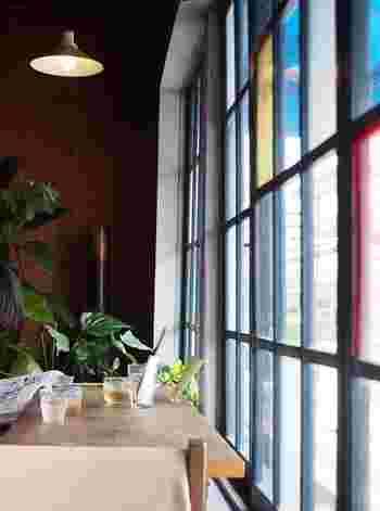鴨川にほど近い元木工所だった古びた建物の2階にある、ガレージのような雰囲気の「かもがわカフェ」。ゆったりとして開放的な店内でおすすめしたいのは、太陽が光がふり注ぐ明るい窓側の席。鴨川は見えないのですが…。 しっかりと美味しい食事、自家焙煎コーヒーが頂けるので、男性にも人気です。ワークショップ・ライブなどイベントも開催していますのでHPでチェックしてみて下さい♪