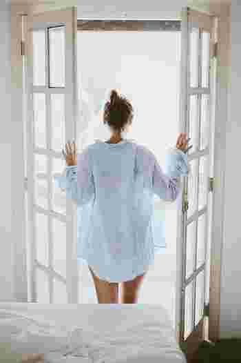 朝起きたらたっぷりと太陽の光を浴びましょう。そうすることで、脳と体が覚醒し活力を引き出してくれます。  また、人には1日より1時間長い25時間のリズムの体内時計があると言われています。朝、光を浴びることによって、その1時間のずれがリセットされ、夜の快眠につながるんだそう。