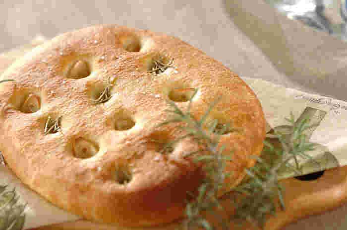 ゆでたジャガイモを生地に練り込めば、もちもち食感に!薄くのばしてピザ生地にするのも◎パスタにもよく合うフォカッチャだとか。