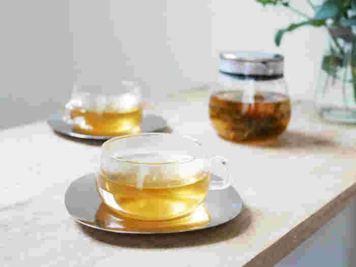 ティーセットに必須のアイテムといえば、カップ&ソーサー。  ソーサーはカップの下に置く受け皿のことです。もともとは、熱いお茶やコーヒーをソーサーに移し替えて、冷ましてから飲んでいたんです。  現在は、カップの中身がこぼれたときの受け皿、テーブルに水滴がつかないためのコースター、ミルク・砂糖などを置くスペースの役割があります。