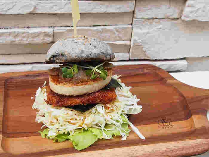 そんなVEGANIC TO GOでおすすめのメニューがヴィーガンハンバーガーです。黒豆のパテやアボカド豆腐などヴィーガンでもジャンキーなメニューが食べられちゃうスポットです◎