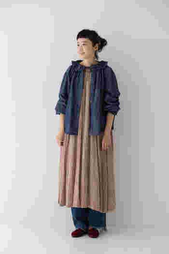 ワンピースの上にカーディガンのように羽織った着こなし。シンプルなワンピースはもちろん、ほんのり甘めのワンピースにも相性よく決まります。秋口や、春先のライトアウターとしても着られる一枚です。