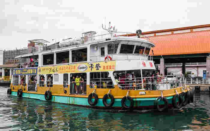 フェリーは2階建て。一階は地元の人たちがバイクごと乗船します。景色を楽しみながら島までの短い船旅です。旗津島はシーフードもおすすめですよ。