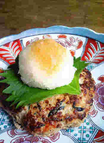 芽ヒジキ・大葉・大根など、和の食材いっぱいの鶏肉ハンバーグ。あっさりとした鶏肉が豆腐との相性バツグンです。 豆腐を使うことでカロリーを減らせるだけでなく、軽い口当たりになるのがメリット。冷めても柔らかいため、お弁当のおかずとしてもおすすめです。