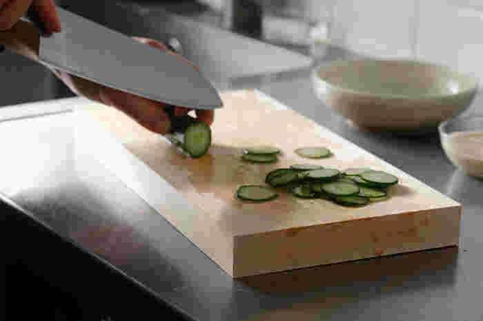 樹齢200年以上の国産ヒノキを贅沢に使った東屋の「まな板」。継ぎ目や塗装のない一枚板のまな板です。プラスチックのまな板との大きな違いは、分厚さ。この厚みのおかげで、刃当たりがなめらかになり食材が切りやすくなるだけでなく、包丁の切れ味も長持ちするそうです。