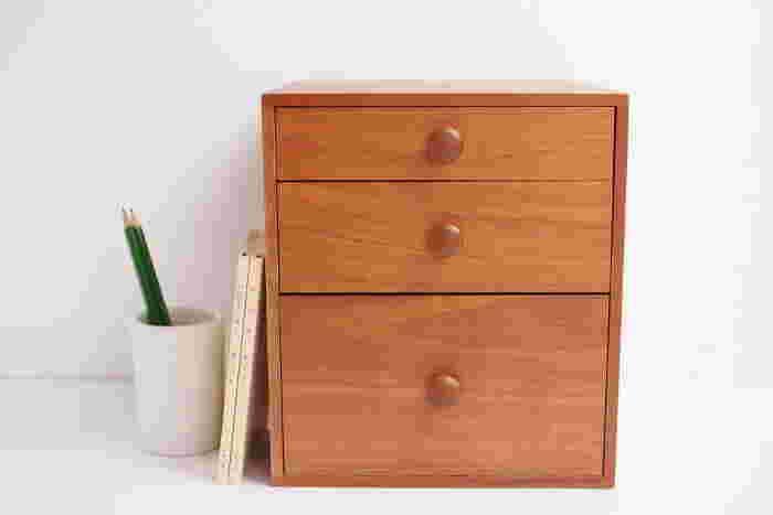 石畳組み接ぎという伝統的な技術により、ネジや釘を用いず組み立てられているので、でっぱりやひっかかりなどがなく、とてもすっきりとしています。三段とも深さが違うので、机の上に散らかっていた色んな小物が整然と片付くアイテムです。
