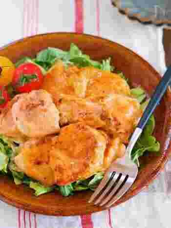 液体塩こうじにお肉を漬けると、酵素の力で鶏むね肉も柔らかくジューシーに!炒めてオーロラソースで和えれば、野菜やご飯が進むしっかり味のメインおかずになりますよ。