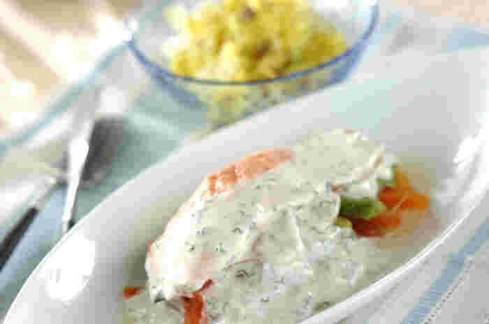 鮭はホイル包みで蒸し焼きに、その傍らでアンチョビキャベツを茹でるので、ひとつのフライパンで一度に2品できてしまうんです!これなら副菜を別に作る必要がないのでとてもラクチン♪