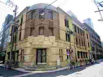 Y字路好きにはたまらない「芝川ビル」の佇まい。1927年に建てられたこの建物は、外壁のどこかプリミティブな装飾や玄関周りの凝った造りが特徴的。淀屋橋のレトロビルの中でもひときわ異彩を放っています。現在、アパレル、雑貨、飲食など個性豊かなお店が入居しているので、買い物や食事を楽しみつつ、歴史ある建物を探訪できるのが嬉しいですね。
