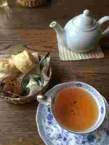 メニューは紅茶のほか軽食も。時間を忘れてのんびり過ごすのに最適です。