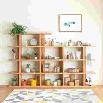 飾って収納できるラックは抜け感が素敵。ちょっと広いワンルームならお部屋の仕切りとしても使えそう。