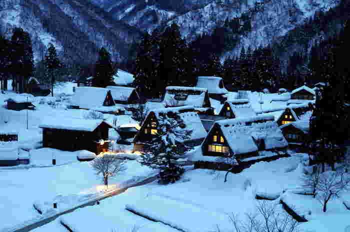 2月上旬。最も雪が深くなる頃の「五箇山」。雪の夜の中に浮かぶ民家の明り。それもまた心揺さぶる風景。