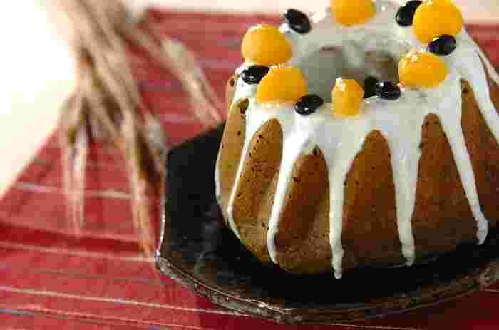 生地に白あん、抹茶、黒豆の甘煮、栗の甘露煮を混ぜ込んだ和風なクグロフは年末年始にぴったり。トッピングも飾れば、手作りの手土産にも喜ばれるお菓子になりますよ。
