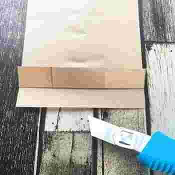 底面の「のりしろ」を作ります。  二重の状態になっているので、裏面(重なった部分がある方)の部分のほうを、切り取りましょう。  底面を閉じる紙が、二重ではなく一枚になりますよね。糊を塗って、底を閉じましょう。