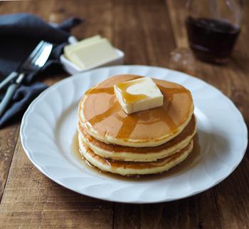 バターとはちみつをたっぷりかけて食べたい、ふんわりやさしい味わいの昔ながらのパンケーキ。ホットケーキミックスを使わずに、薄力粉で作る基本のレシピです。