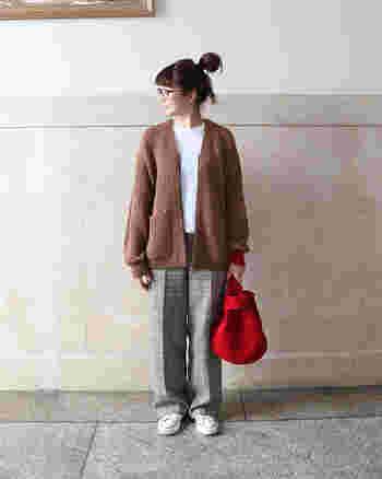 鮮やか赤のバッグは、持つだけでコーデが垢抜けるおすすめのアイテム。ナチュラルカラーの着こなしにもすっと馴染んでくれます。いつものコーデが、一気にトレンド感のあるスタイリングになりますよ。
