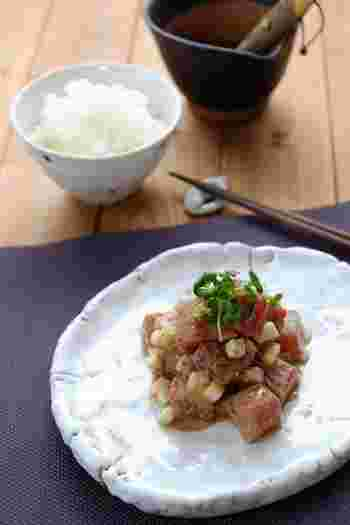 まぐろに長芋を加えごまだれソースで和えた、白いご飯にぴったりのレシピ。ご飯に乗せて丼にしたり、さらにお茶漬けにしたりと、いろんな楽しみ方ができますよ。