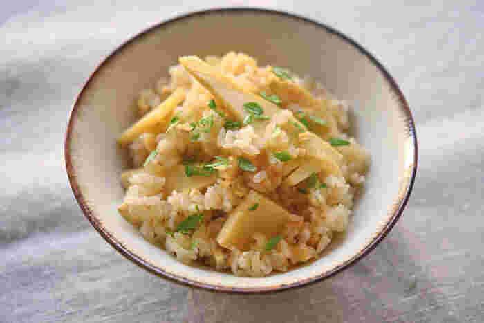 筍といえばやっぱり筍ごはんですよね♪フレッシュな筍のおいしさを味わうために、大きめにカットするのがポイント。油揚げはみじん切りにします。筍の食感をたっぷり楽しめる炊き込みご飯レシピです。
