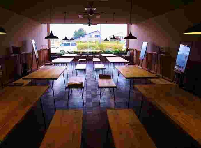 店内には自由にくつろげるスペースがあり、ここで購入したドリンクやスイーツをいただくこともできます。大きな木のテーブルがシンプルで、スタイリッシュな雰囲気。