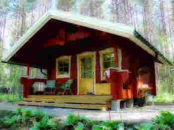 バルコニーにチェアを置いて、森の空間を楽しんだり、ここでお茶を楽しみながらのんびりしたり。  少しおうちを離れて森の中や浜辺を散策したり。  様々な楽しみ方ができそうなおうちですよね。