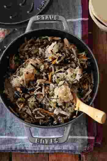 きのこが旬の季節におすすめのひじきご飯。最初にゴマ油で具材だけ炒めてしまうのがおいしく仕上げるコツです。炊飯器のほかお鍋で炊く方法も紹介されているので、お手持ちの道具で簡単に作れますよ♪