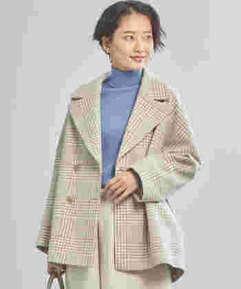 ウール100%の素材で、しっかりと暖かいショート丈のピーコート。ダブル仕様のジャケットデザインで、大人っぽく上品に着こなしたくなる一枚です。落ち着いたベージュカラーは、カラーニットと合わせた冬のフェミニンコーデにもぴったり。
