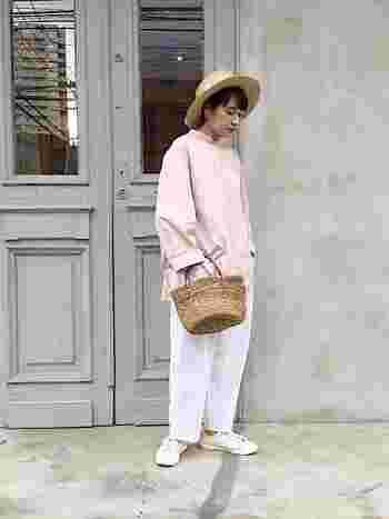 ピンクのゆったりブラウスと、白のワイドパンツを合わせたナチュラルコーデ。白スニーカーをチョイスすることで、程よいカジュアルさを演出できます。